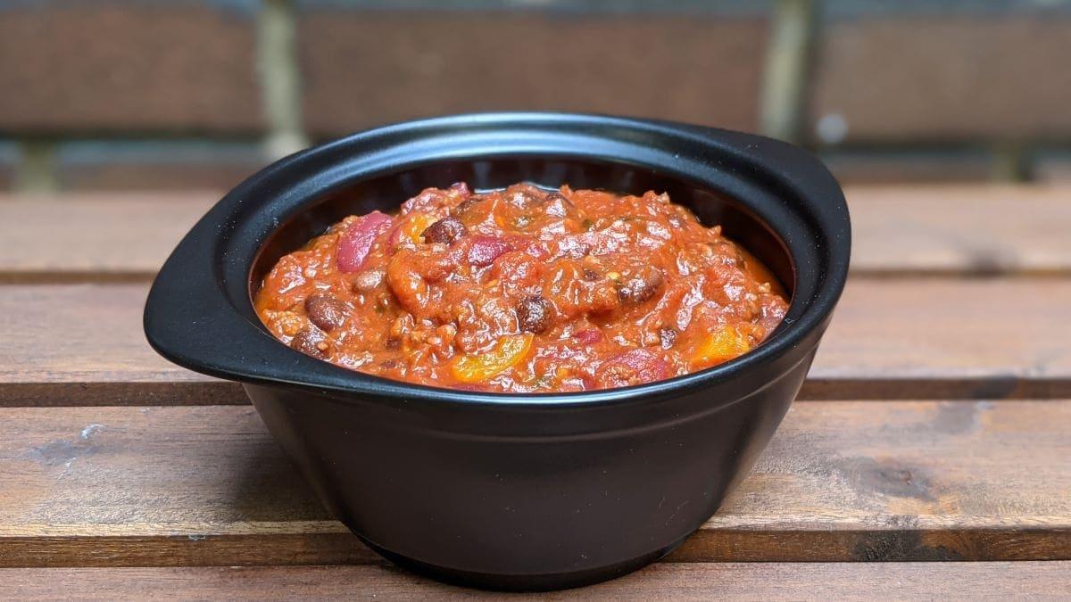 chili con carne aux légumineuses dans un bol noir